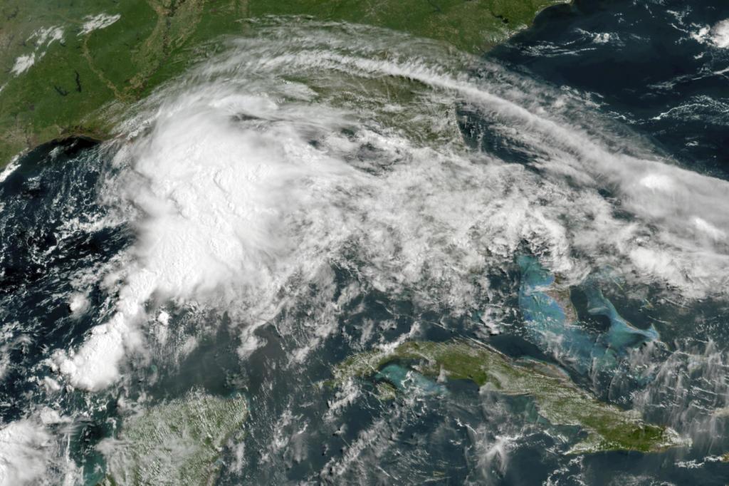 Potencial tormenta descarga lluvia y vientos en costas de EUA