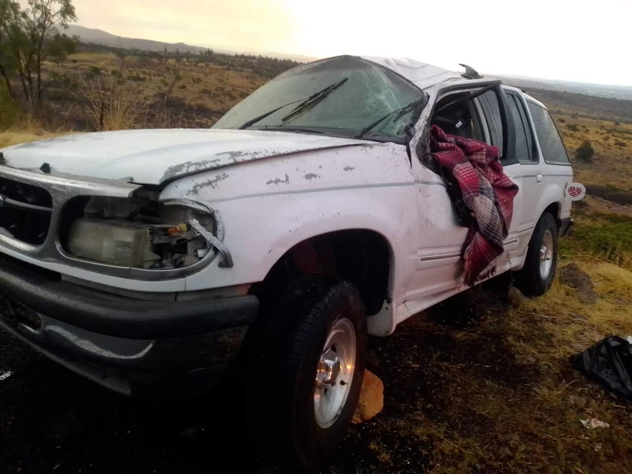 Volcadura en El Pino deja par de lesionados