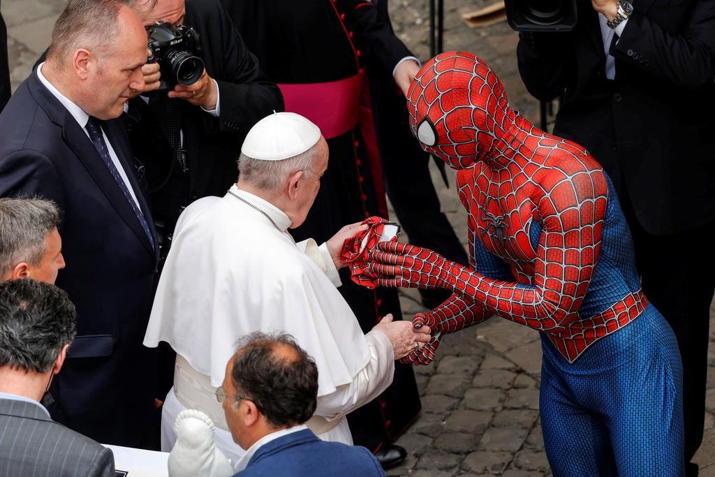 'El crossover que no esperabas'; el Papa Francisco conoce a 'Spiderman' en el Vaticano