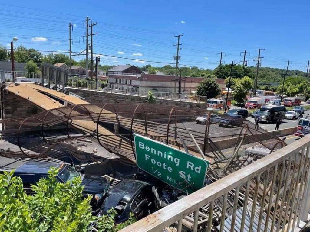 Puente peatonal colapsa sobre autopista en Washington