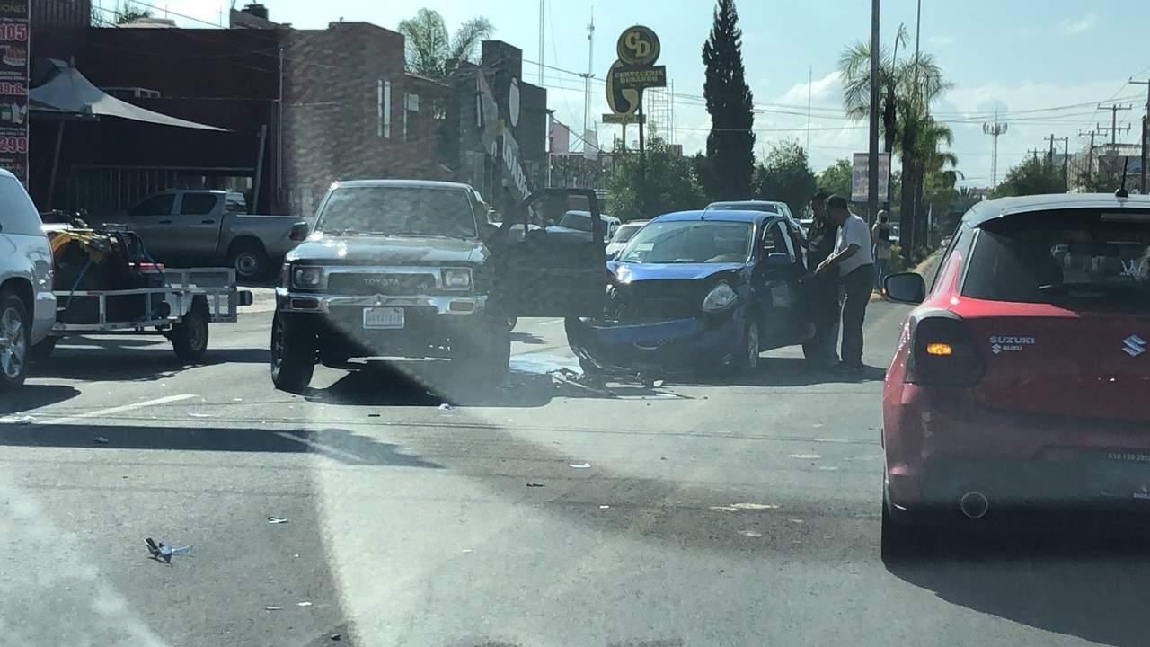 Se registra choque sobre bulevar Durango; solo daños materiales