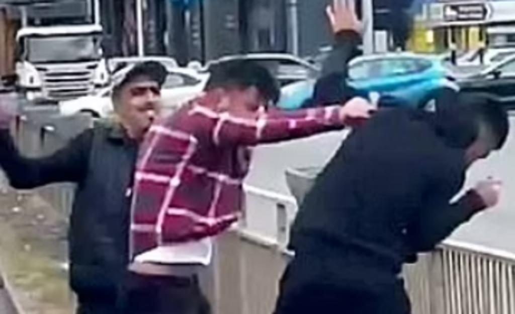Dos hombres atacan y golpean a motorista tras una diputa vehicular