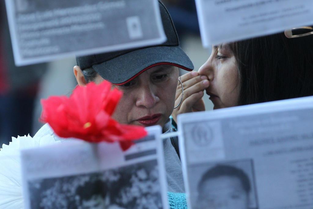 Familiares de desaparecidos en carretera a Nuevo Laredo bloquean calles