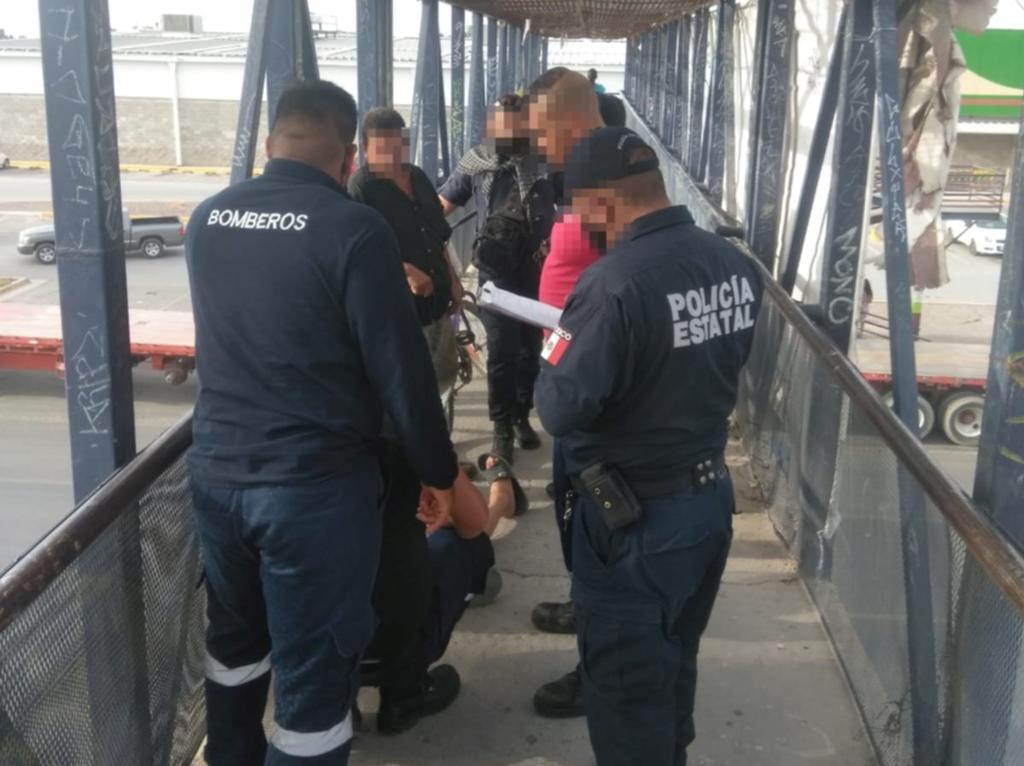 Mujer trata de lanzarse de puente peatonal en Gómez Palacio