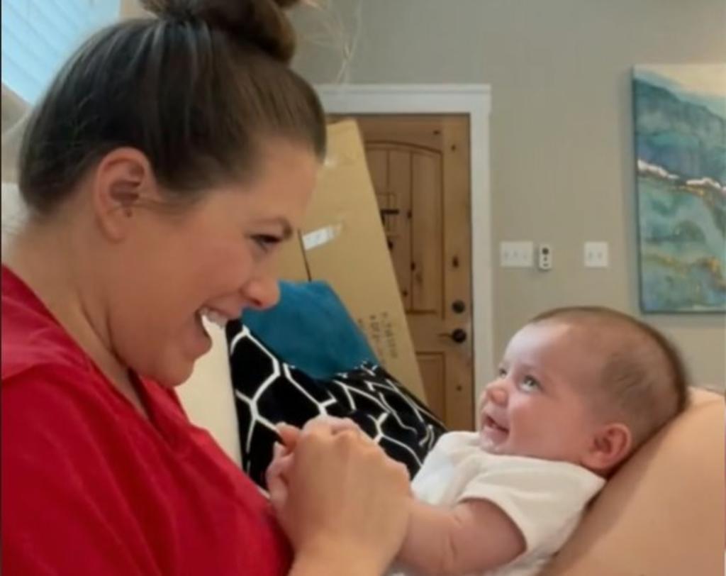 Mamá supera las 20 millones de vistas con su reacción a la primera risa de su bebé