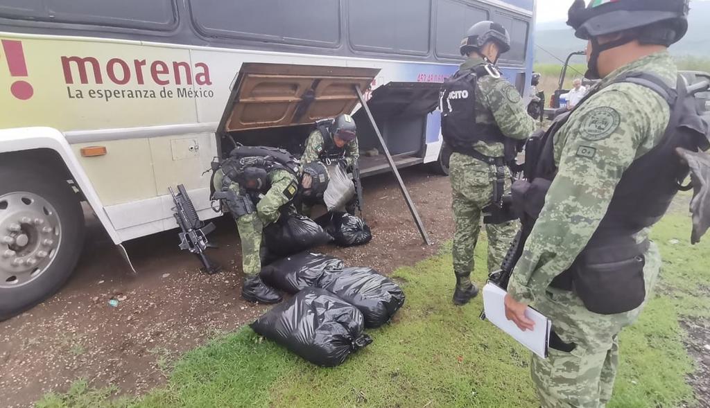Decomisan en Michoacán camión cargado de droga ¿Con logo de Morena?