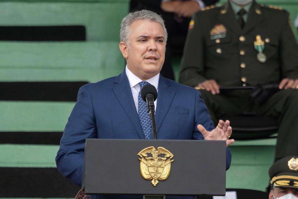 Helicóptero en el que viajaba el presidente de Colombia es atacado a tiros