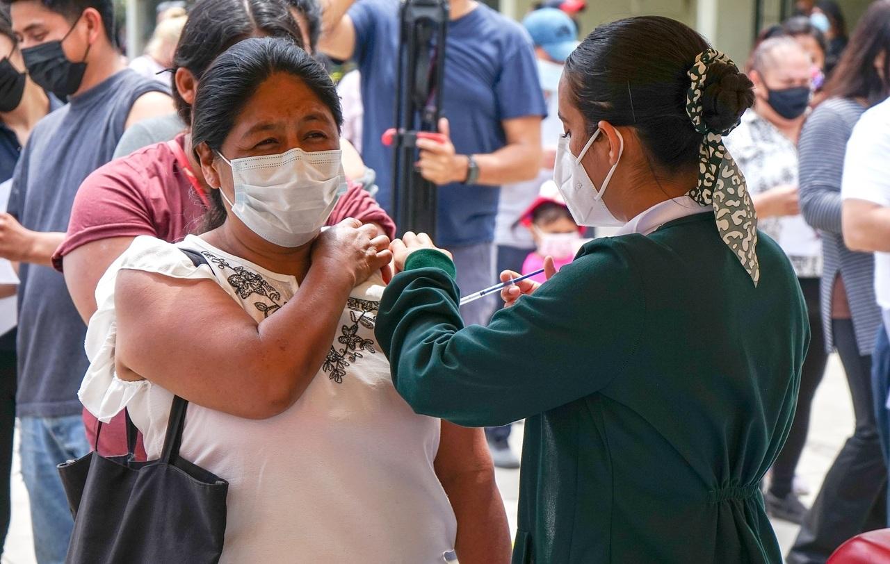 Baja California vacuna a todos sus mayores de 18