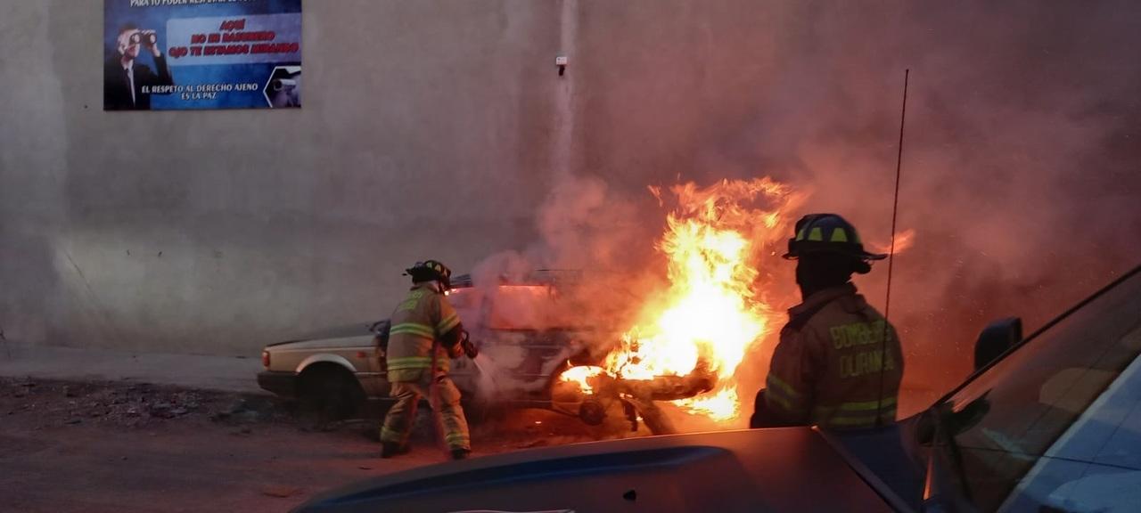 Vehículo arde en llamas en la colonia El Refugio
