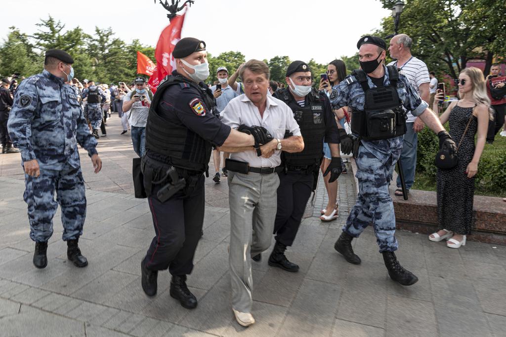 Rusos, detenidos tras renegar vacunación
