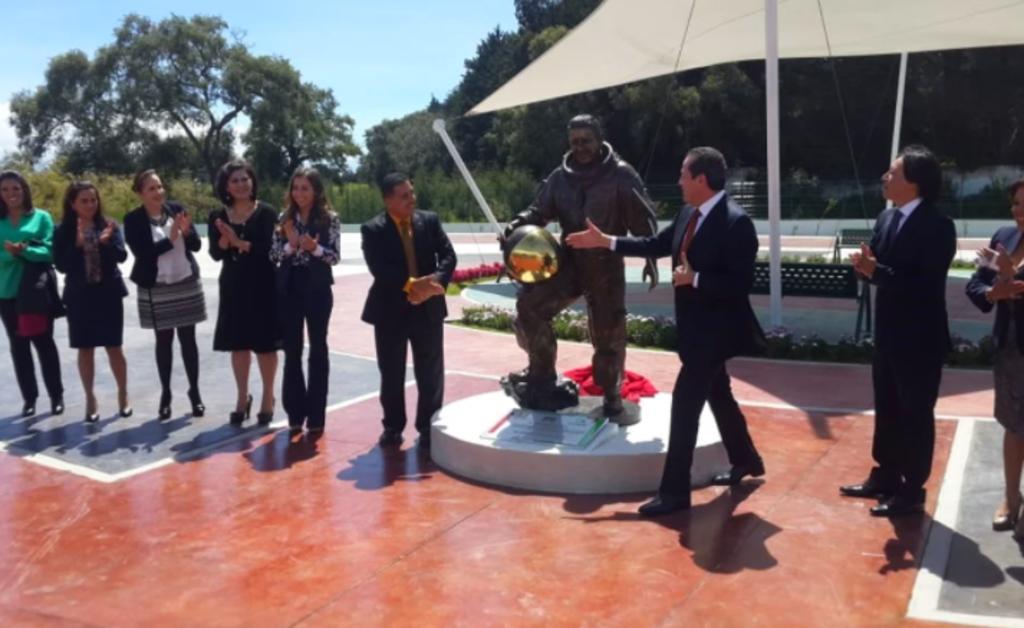 Estatua del astronauta mexicano José Hernández es robada en el Estado de México