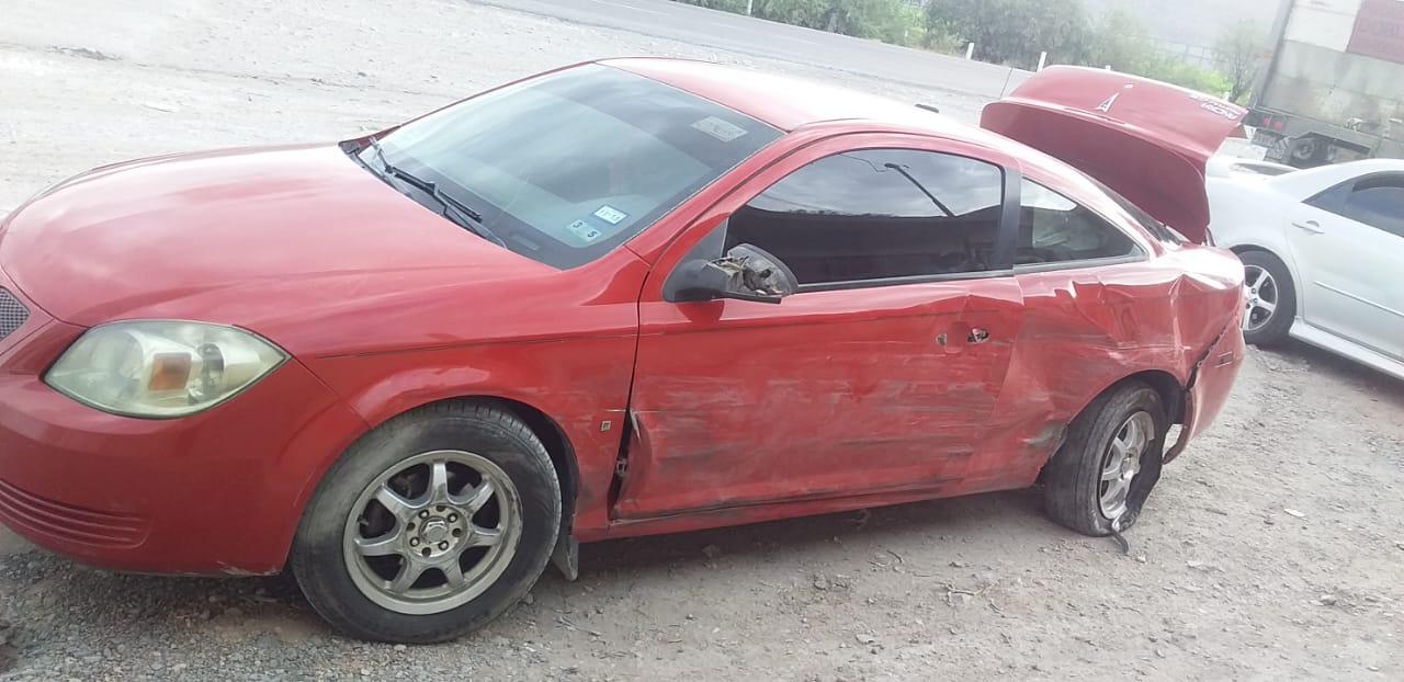 Tráiler se atraviesa en el camino de una camioneta y choca contra auto en el ejido El Rayo de Lerdo