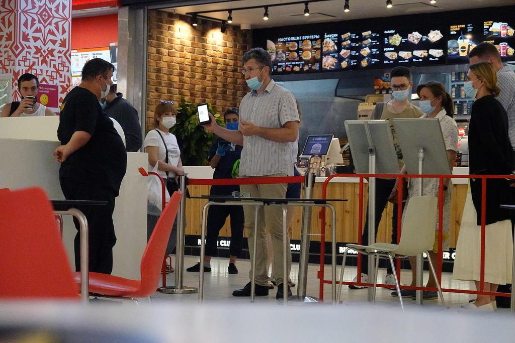 Los restaurantes y bares de Moscú piden prueba de vacunación contra COVID-19