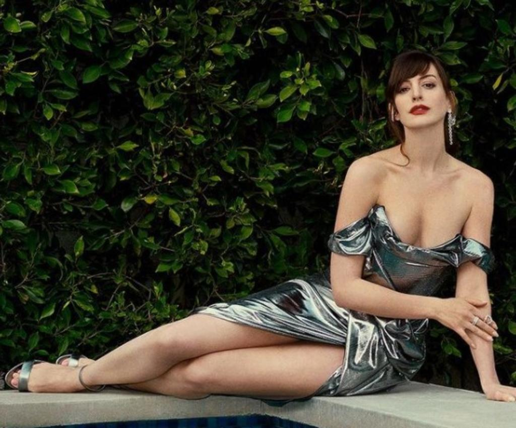 Anne Hathaway sorprende con minivestido desde las calles de Nueva York