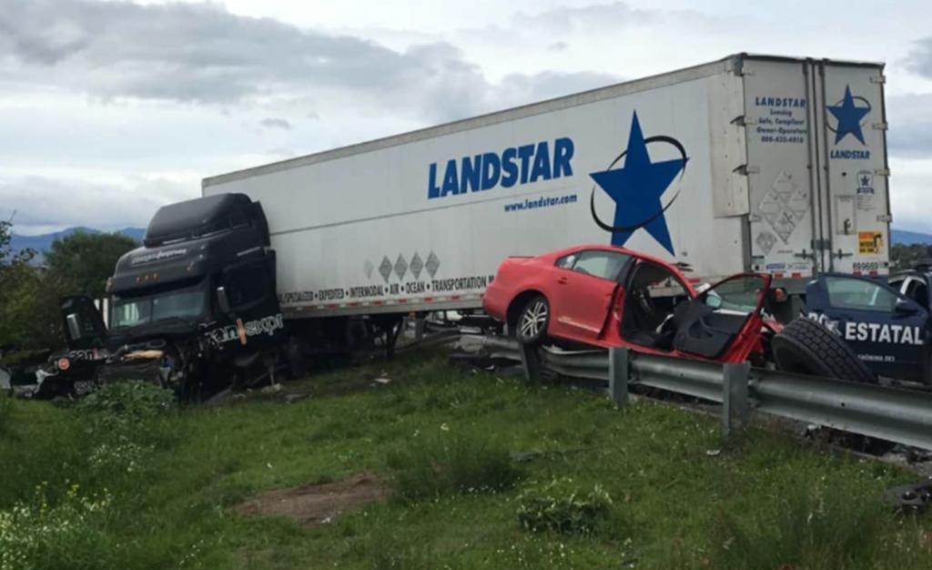 Dos personas mueren luego de que un tráiler invadiera el carril contrario en el Circuito Exterior Mexiquense