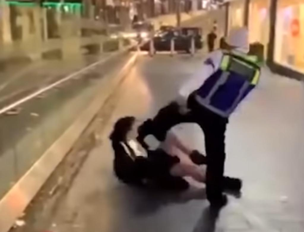 Guardia de seguridad golpea con un palo a mujer que le arrojó una bebida