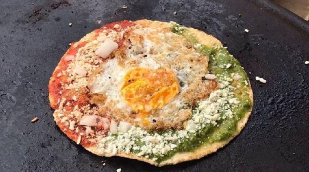 Crean la 'memela socavón' en honor al agujero gigante de Puebla