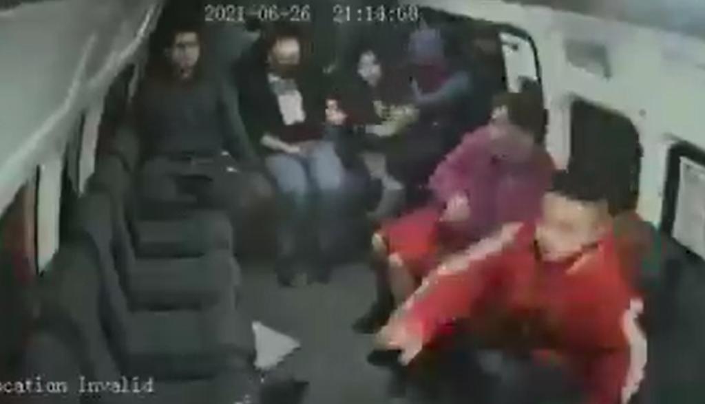 Niño es obligado por asaltante a quitarle el celular a una mujer en combi de Edomex