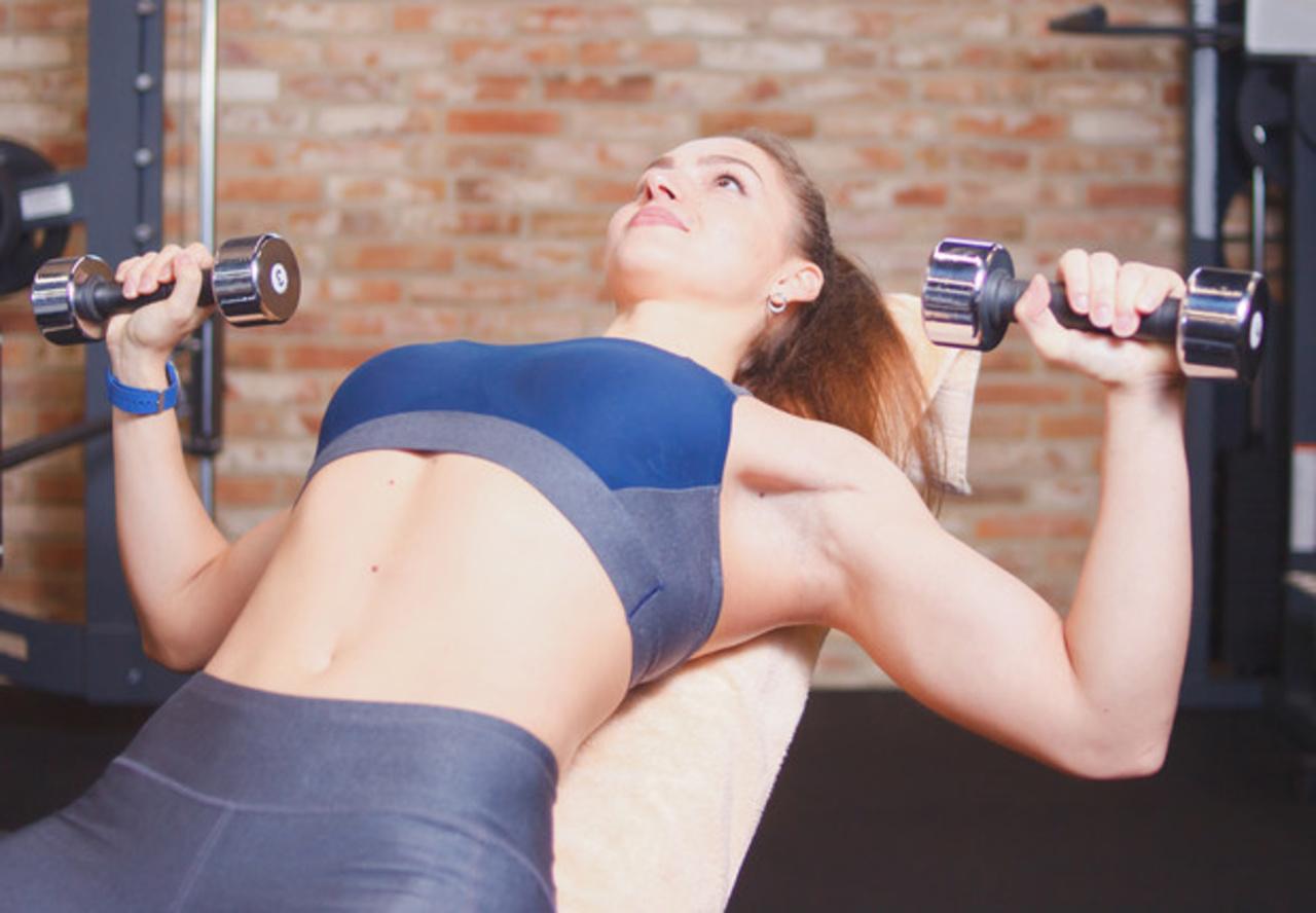 Fáciles ejercicios para levantar el pecho