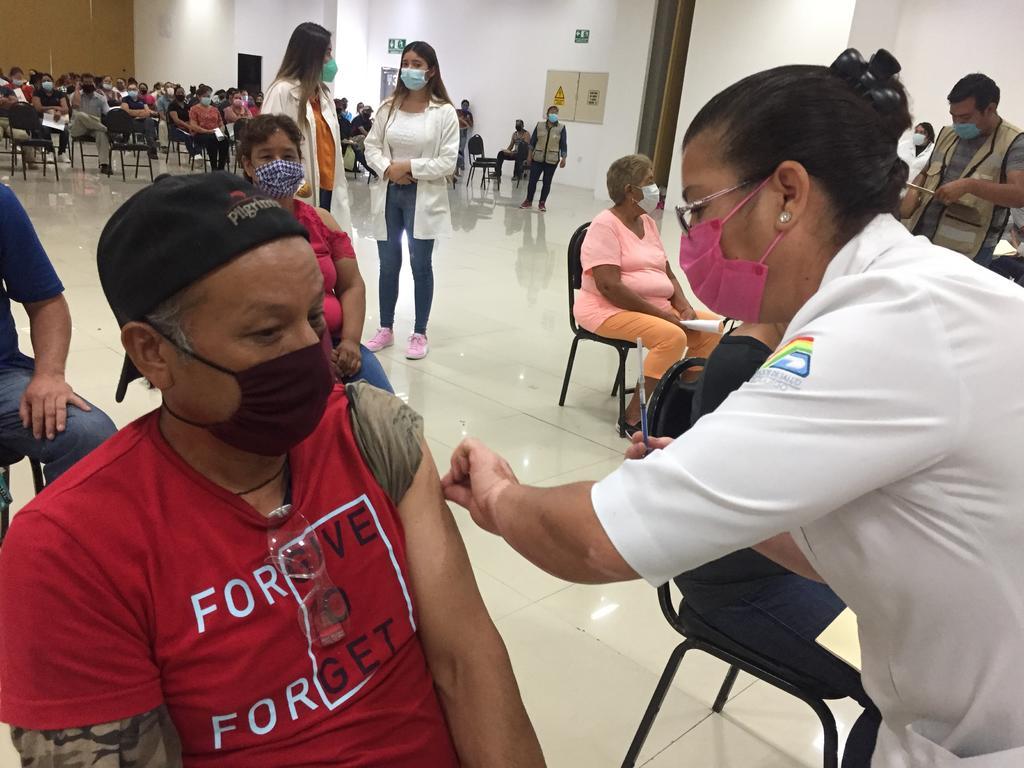Casi 5 mil dosis antiCOVID se aplicaron en primer día de vacunación en Gómez Palacio