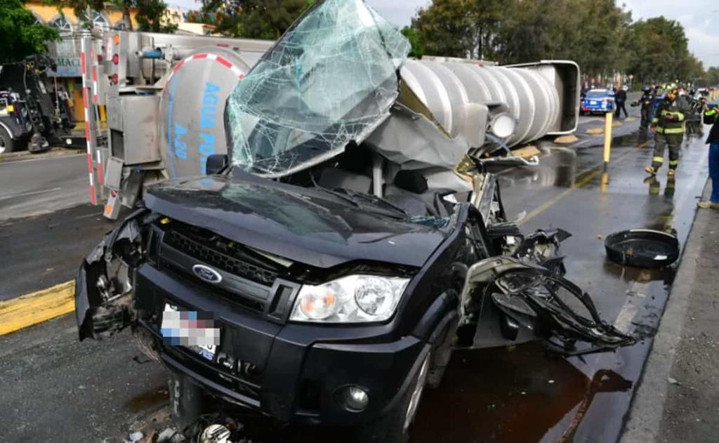 Automovilista sobrevive a caída de pipa cargada con agua sobre su camioneta en Iztapalapa