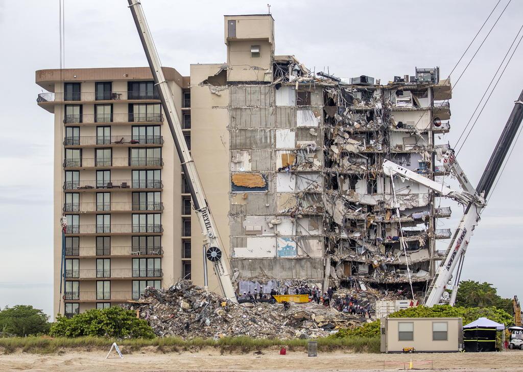 Suman 16 muertos por el derrumbe de una torre residencial en Miami-Dade