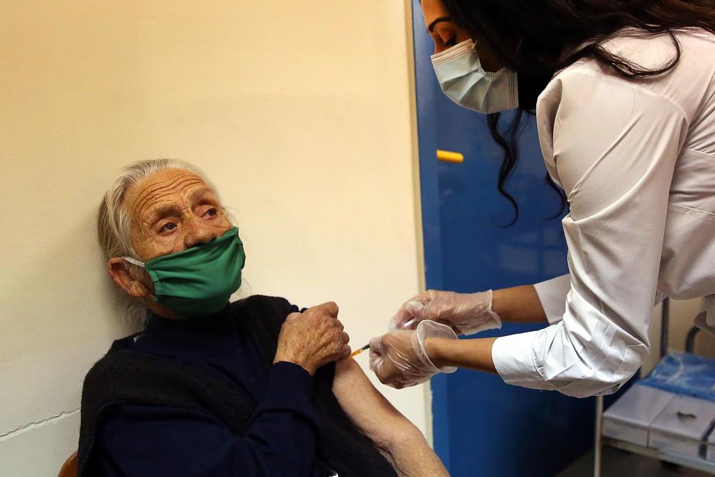 Estudio recalca importancia de segunda dosis de la vacuna Pfizer en ancianos