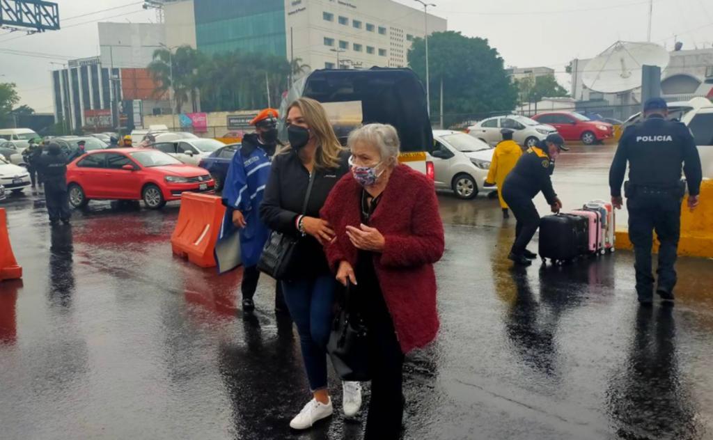 Pasajeros padecen bloqueo y lluvias en el Aeropuerto Internacional de la Ciudad de México