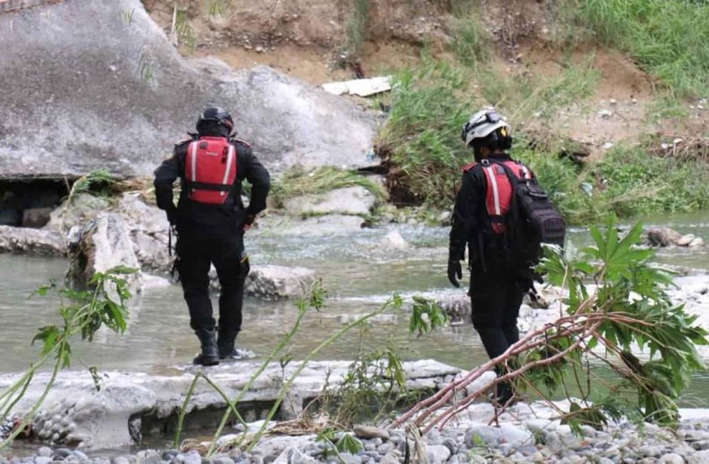 Rescatistas de Protección Civil de Nuevo León buscan a mujer que fue arrastrada por río La Silla