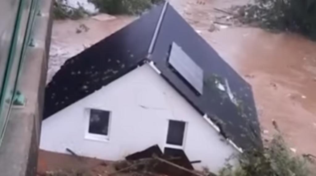 Una casa es grabada siendo arrastrada por un río durante inundaciones en Alemania