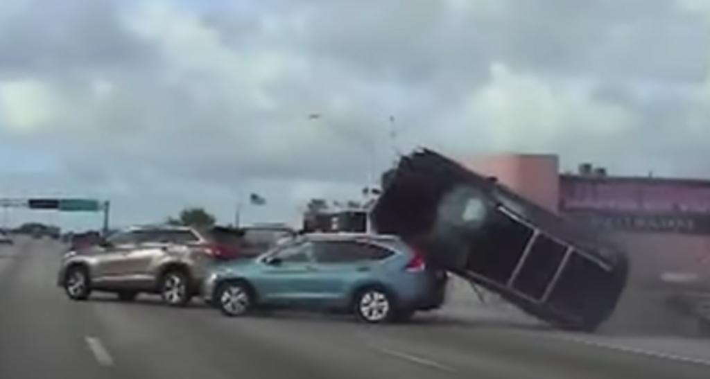 Adolescentes roban una camioneta y vuelcan mientras huían de la policía