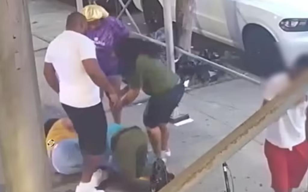 Cuatro personas golpean y asaltan a adulta mayor en plena calle en Nueva York