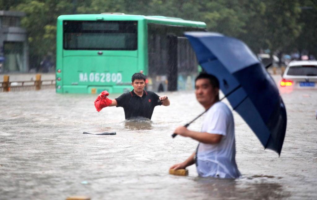 Hombre sobrevive tres días atrapado en un estacionamiento inundado en China