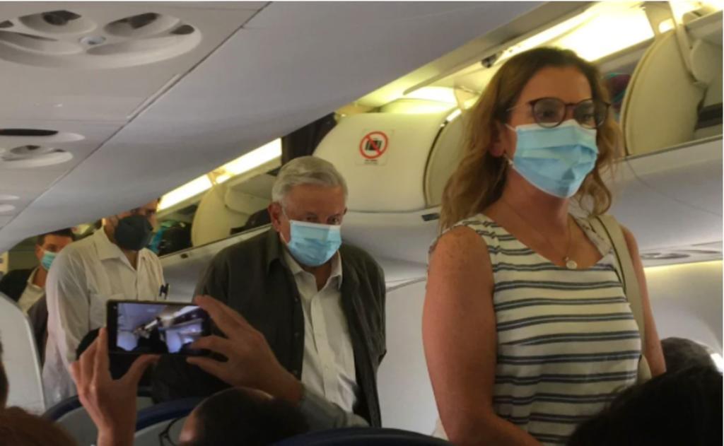 AMLO viaja en vuelo comercial a Veracruz para supervisar Programas del Bienestar
