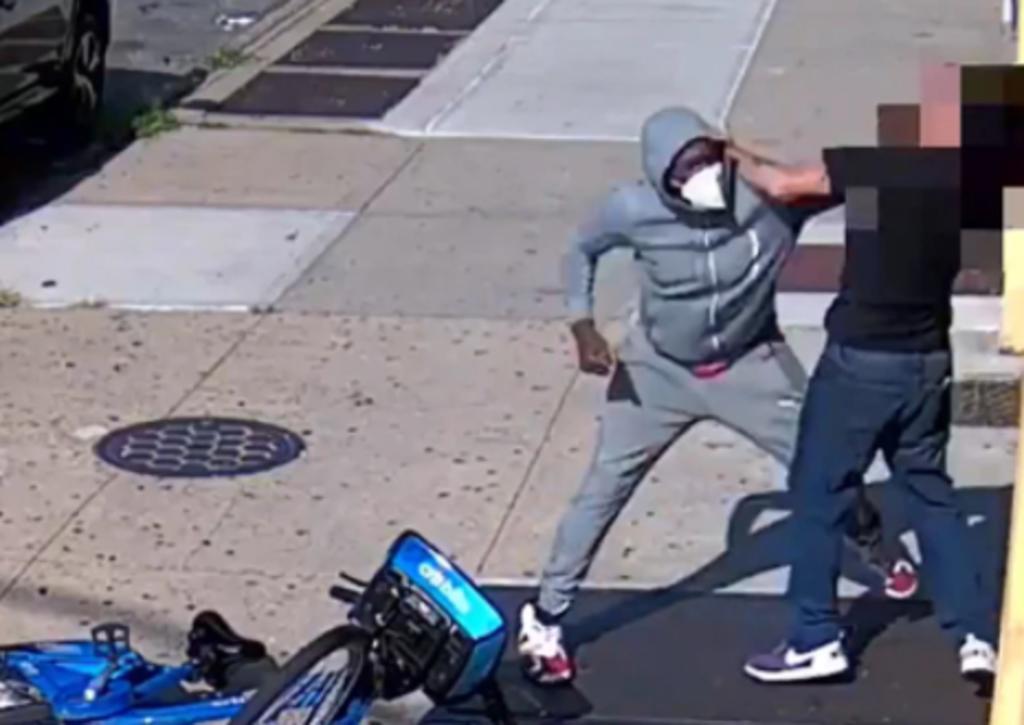 Por resistirse a un robo, hombre de 68 años es ferozmente atacado en plena calle