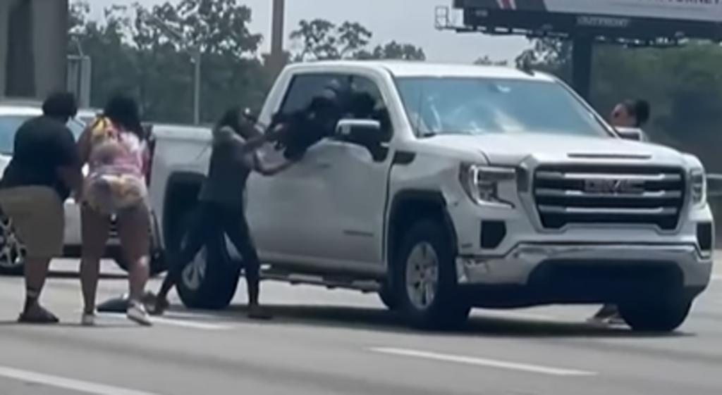 Hombre se desmaya al volante en plena carretera y testigos rompen una ventana para salvarlo