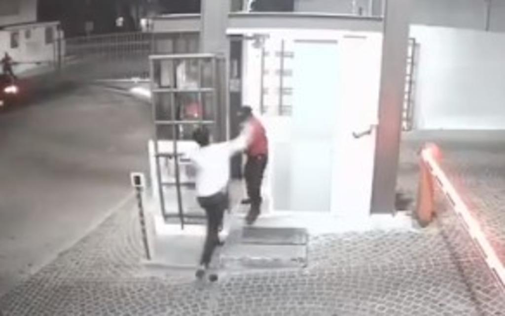 Jóvenes en estado de ebriedad golpean a vigilante mayor en Querétaro