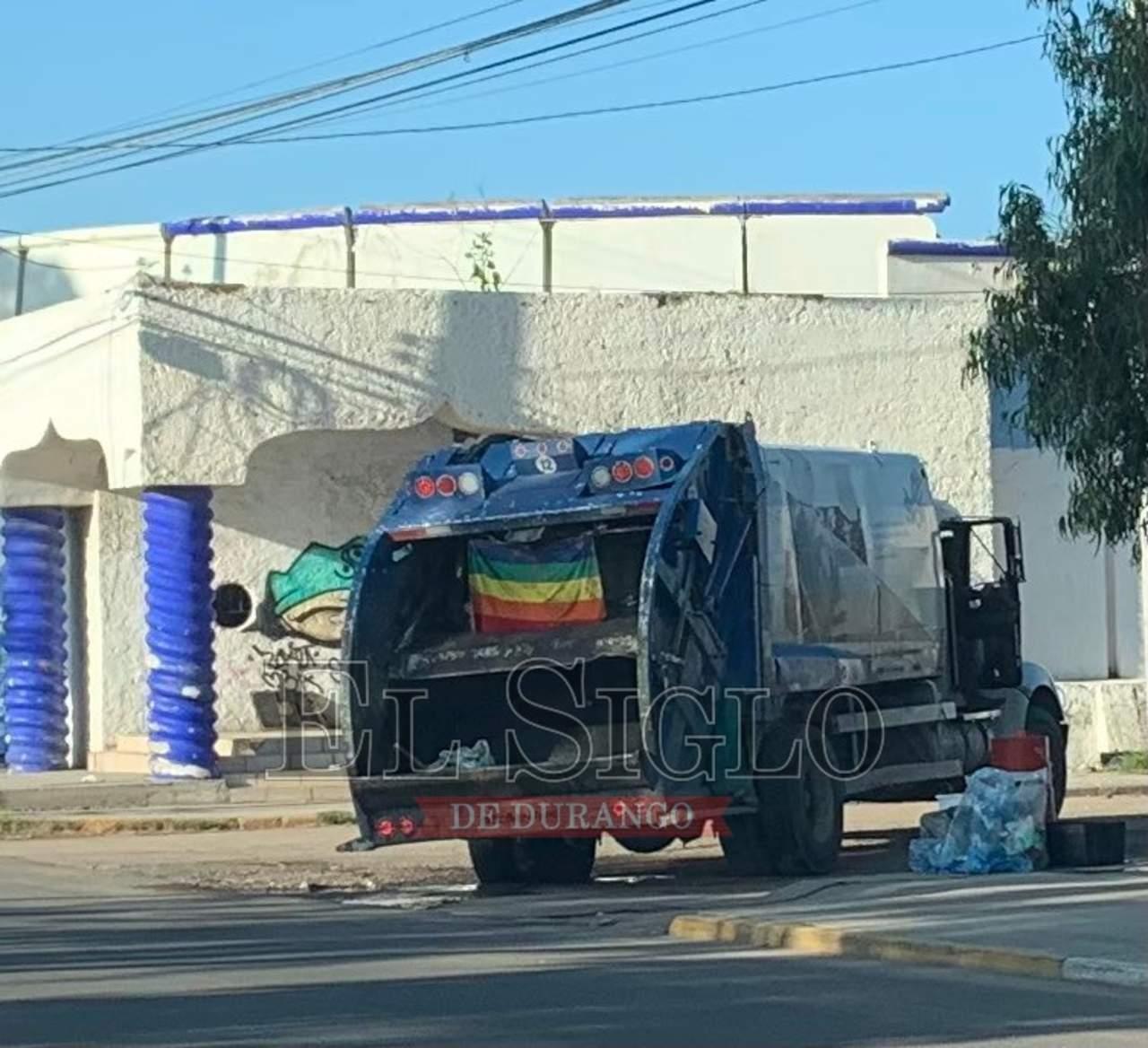 En apoyo a comunidad LGBT+, trabajadores de limpia de Durango cuelgan bandera en camión
