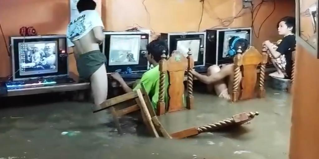 'Gamers' continúan jugando a pesar de inundación provocada por un tifón