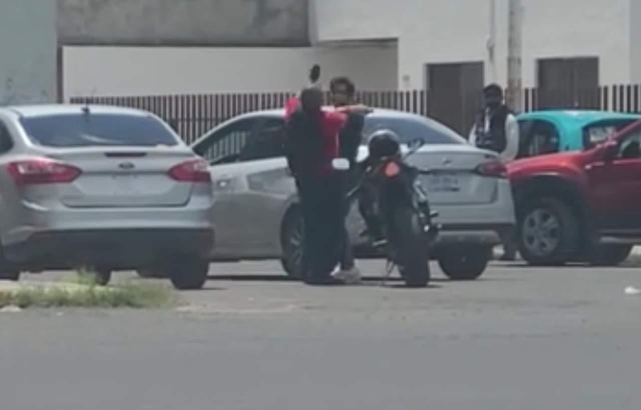 (VIDEO) Dos hombres pelean a golpes en plena calle en Durango