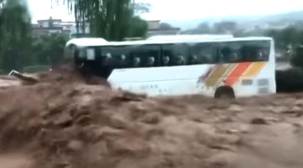 Mecánico salva a 71 personas de una inundación utilizando su excavadora