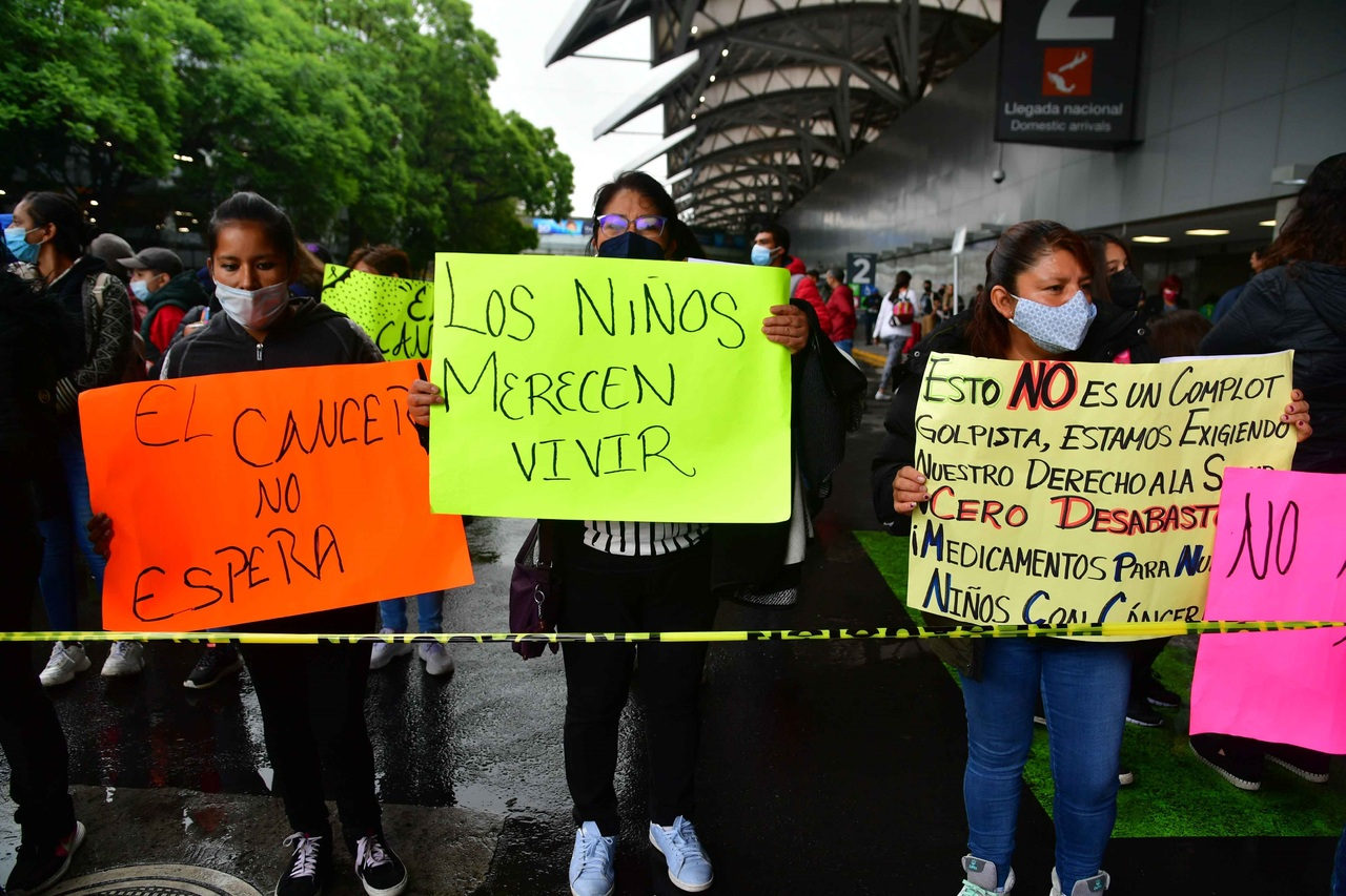 Papás de niños con cáncer bloquean aeropuerto de CDMX