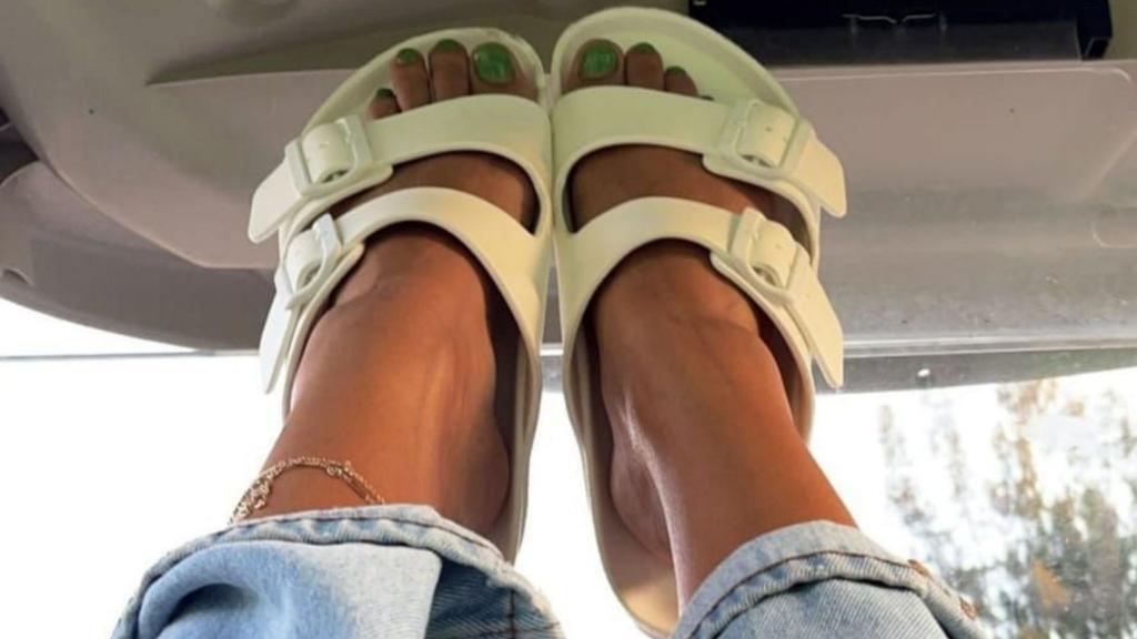 Vete de vacaciones usando las sandalias de goma en tendencia