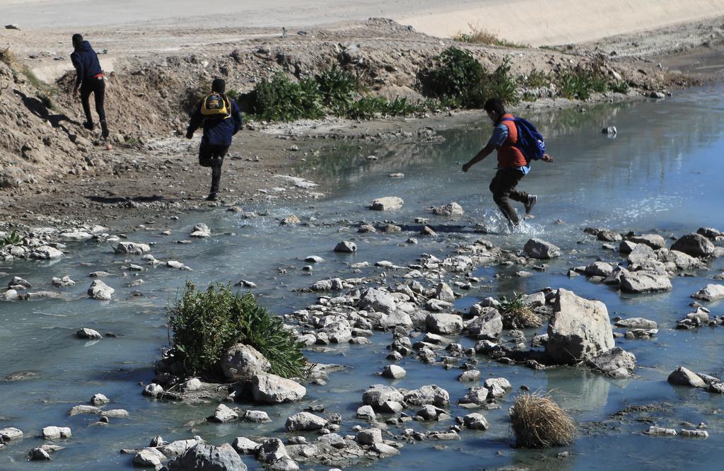 Unos 30 migrantes son rescatados al intentar cruzar el Río Bravo