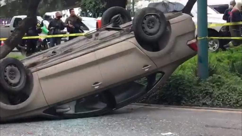 Conductor de Uber vuelca y muere en Edomex; pasajera sobrevive
