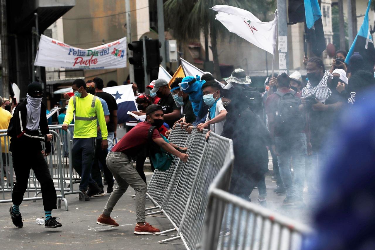 Chocan en aniversario de Gobierno panameño