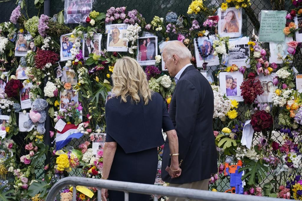 Biden promete a víctimas de derrumbe contacto