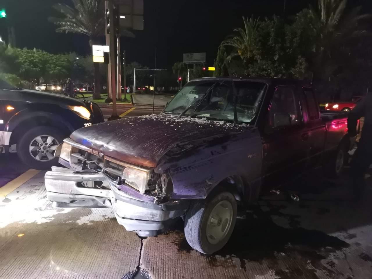 Conductor causa aparatoso choque; huye y abandona su vehículo