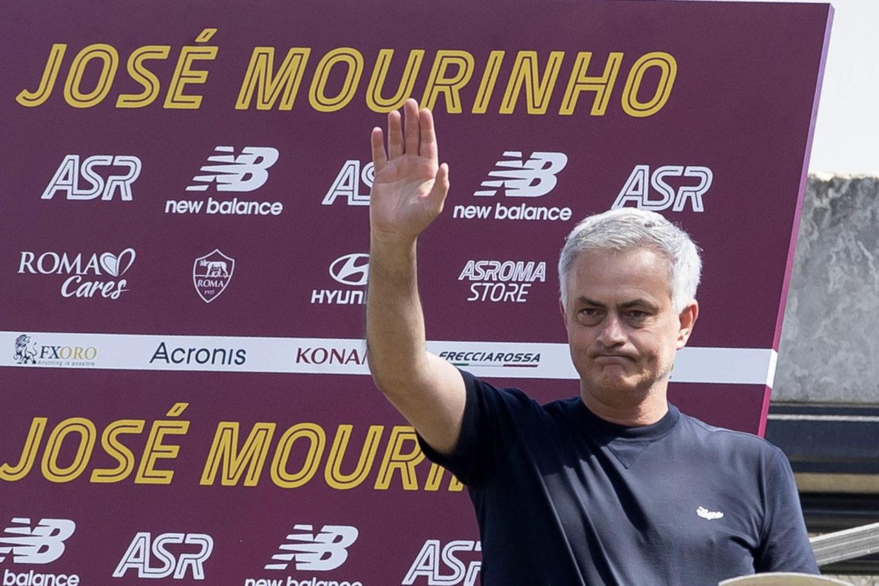 Miles de aficionados de la Roma reciben al nuevo técnico José Mourinho