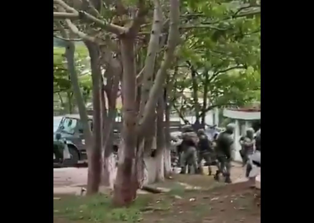 VIDEO: Pobladores de Aguililla confrontan a elementos del Ejército